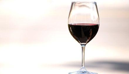 Ein Glas Rotwein hat sehr viele Antioxidantien und wenig kalorien