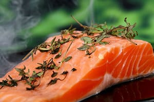 Eine große Menge von Omega-3 Fettsäuren enthält Lachs