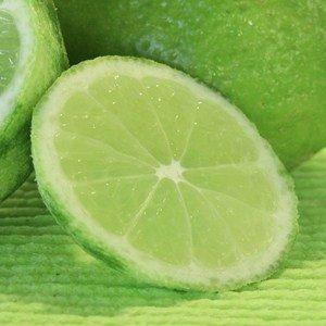 Der Saft der Limette schmeckt intensiv sauer und sehr aromatisch