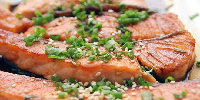 Damit das Fleisch von Zuchtlachsen auch appetitlich rosa aussieht, wird dem Fischmehl der Farbstoff Astaxanthin beigemengt.