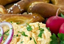 In Bayern gehört Obatzter zu den klassischen Biergarten-Gerichten und hat ein gute Portion kalorien.