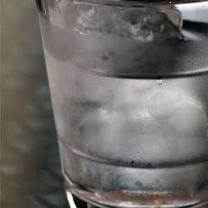 """Das Wort """"Wasser"""" leitet sich vom althochdeutschen wazzar, """"das Feuchte, Fließende"""", ab."""