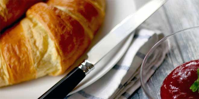 Die österreichischen Kipfel oder Kipferl waren ursprünglich ein Gebäck aus einfachem Hefeteig in Hörnchenform und wurden noch 1894 in einem gastronomischen Lexikon als Hefegebäck bezeichnet.