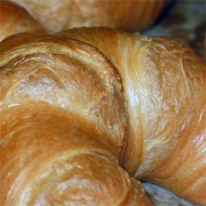 Kulturhistoriker haben schlüssig nachgewiesen, dass verschiedene Legenden zur Herkunft des Gebäcks (siehe unten) frei erfunden sind und die Croissants nicht vor dem 19. Jahrhundert in Frankreich eingeführt wurden.