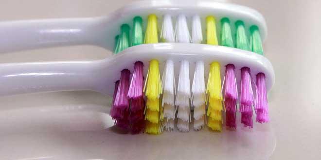 Mit der Erfindung des Nylons wurde 1938 die billige Massenherstellung von Zahnbürsten ermöglicht.
