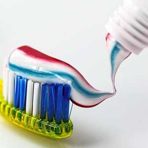 Diese erste Generation von Zahnbürsten war jedoch noch so hart, dass sie das Zahnfleisch verletzen konnten und daher kaum zu empfehlen waren.