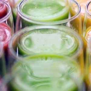 Basis der Smoothies ist somit das Fruchtmark oder Fruchtpüree, das je nach Rezept mit Säften, Wasser, Milch, Milchprodukten oder Kokosmilch gemischt wird, um eine cremige und sämige Konsistenz zu erhalten.