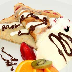 Pfannkuchen schmecken mit frischen Früchten und Obstsalaten.