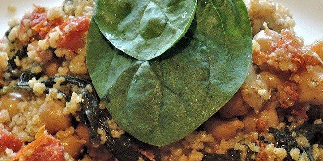 Couscous mit Minze, Koriander und Petersilie