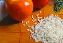Curryreis mit Datteln und Tomaten