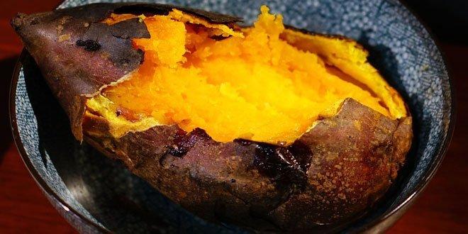 Gebackene Süßkartoffeln gehören zum traditionellen Truthahn-Menü, das in den USA zu Thanksgiving gegessen wird.