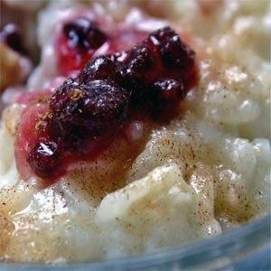 Milchreis wird pur oder mit Roter Grütze, Apfelmus oder anderen Fruchtzubereitungen, Zimt und Zucker oder verschiedenen süßen Saucen serviert.