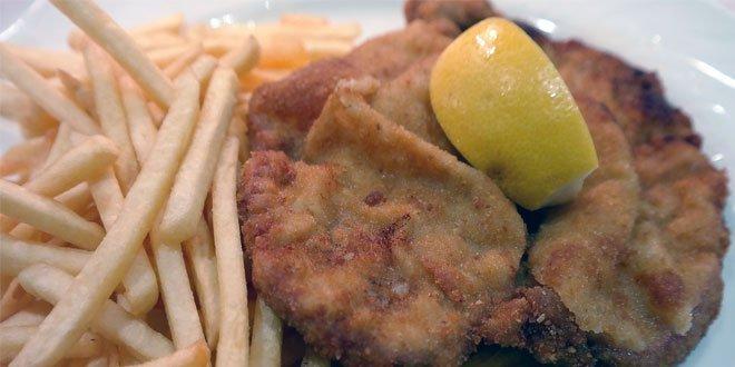 Im Englischen bezeichnet der Begriff Schnitzel stets ein paniertes Schnitzel nach Art des Wiener Schnitzels.