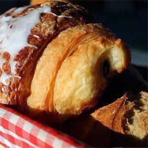 """Wiewohl nicht als Hörnchen geformt, wird es in Deutschland von einigen Herstellern als """"Schoko-Croissant"""" angeboten."""