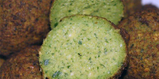 Serviert wird Falafel in der Regel mit Tahina oder Hummus und verschiedenen eingelegten oder gebratenen Gemüsen und Pita, einem dünnen Fladenbrot.