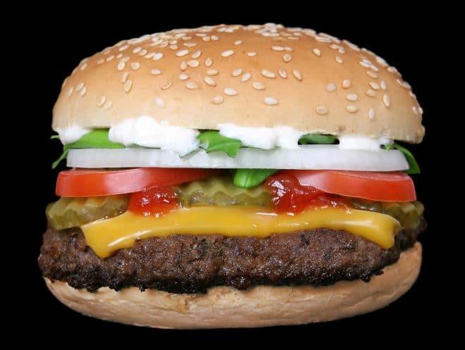 Cheeseburger Nährwerte gehören zu Fast-Food und sollten in Maßen verzehrt werden.