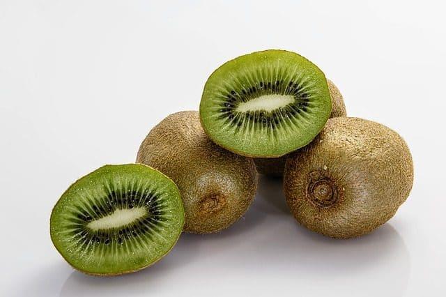 Die Kiwi wird auch als Chinesischer Strahlengriffel oder Chinesische Stacheelbeere bezeichnet.