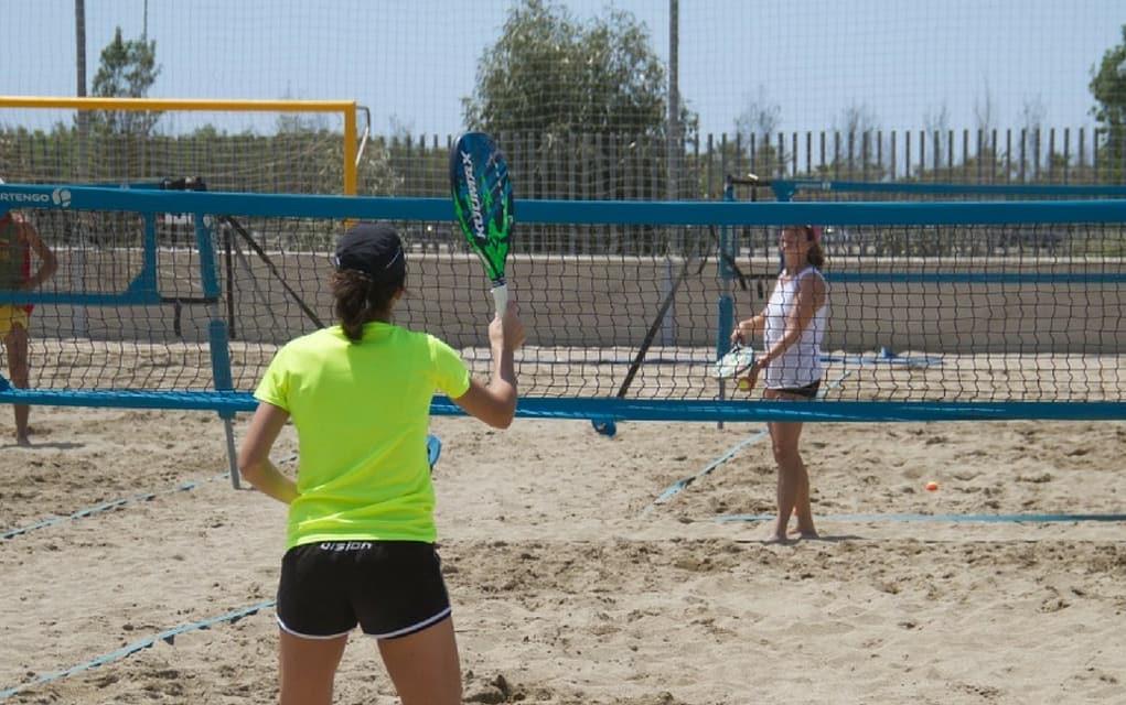 Beach Tennis punktet mit athletischen und akrobatischen Sprüngen, sowie einer mitreißenden Stimmung.