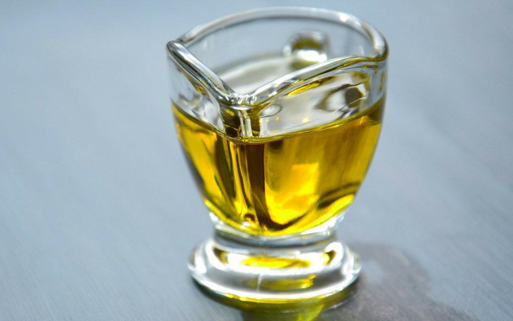 Trüffelöl mit schwarzen und weißen Trüfffel